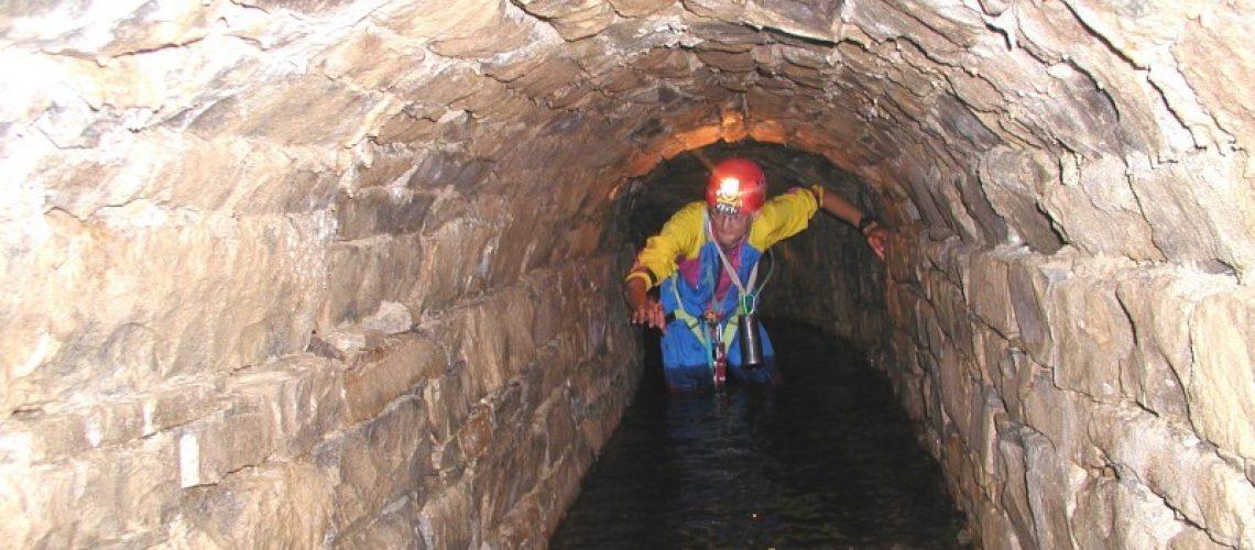 Il complesso di cunicoli che si sviluppa a quota 54 m slm è formato dalle gallerie Secker, Zoch e Tschebull. A causa di recenti lavori eseguiti in zona, il livello dell'acqua è notevolmente aumentato, obbligando ad avanzare nell'acqua profonda più di un metro. (Foto Guglia)